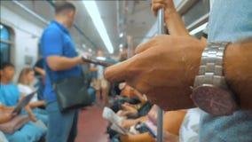 Toevallige mensenlezing van het mobiele scherm van telefoonsmartphone terwijl blikken de navigator die op metro in de metro reize stock video