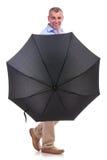 Toevallige midden oude mens achter een paraplu Stock Fotografie