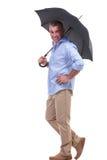 Toevallige midden oude mens onder paraplu Royalty-vrije Stock Afbeelding