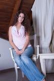 Toevallige mooie dame, die op stoel zitten royalty-vrije stock afbeelding