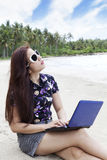 Toevallige onderneemster die aan het strand werkt royalty-vrije stock foto
