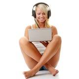 Toevallige student die aan muziek op de computer luistert Stock Afbeeldingen