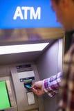 Toevallige student die contant geld terugtrekken Stock Foto's