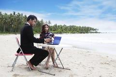 Toevallige vergadering over het strand stock afbeelding