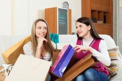 Toevallige vrouwen die aankopen kijken stock foto