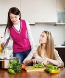 Toevallige vrouwen die voedsel koken stock afbeelding