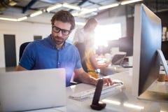 Toevallige zakenman die computer met behulp van Stock Fotografie