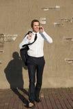 Toevallige zakenman die en op telefoon in openlucht lopen spreken Royalty-vrije Stock Fotografie