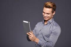 Toevallige Zakenman Looking bij een tablet, royalty-vrije stock fotografie