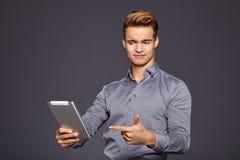 Toevallige Zakenman Looking bij een tablet, stock foto's
