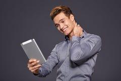 Toevallige Zakenman Looking bij een tablet, royalty-vrije stock foto