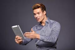 Toevallige Zakenman Looking bij een tablet, stock foto