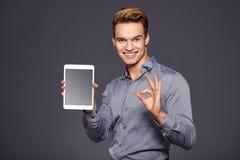 Toevallige Zakenman Looking bij een tablet, stock fotografie