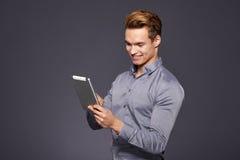 Toevallige Zakenman Looking bij een tablet, stock afbeeldingen
