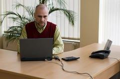Toevallige zakenman met laptop stock foto's