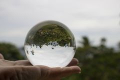 Toevlucht en OceaandieScène in Glasbal wordt gevangen in Palm van Ha wordt gehouden stock fotografie