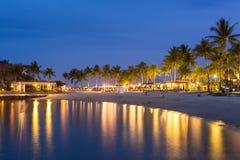 Toevlucht van het luxe de tropische strand bij nacht in Kota Kinabalu stock afbeeldingen