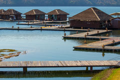 Toevlucht in water. Een houten brug om tussen ruimten te lopen. Stock Foto