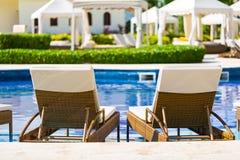 Toevlucht zwembad met ligstoelen Stock Afbeeldingen