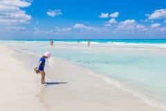 Toevluchtvaradero strand in Cuba Blauwe oceaan en mensen royalty-vrije stock foto