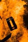 Toevoegend brandstof aan het branden van brand royalty-vrije stock fotografie