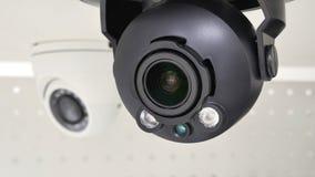 Toezichtcamera op de achtergrond van de tweede camera Royalty-vrije Stock Foto's