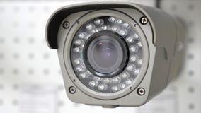 Toezichtcamera op de achtergrond van de tweede camera Stock Fotografie