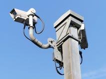 Toezichtcamera's die autosnelwegverkeer op M25 in Hertfordshire controleren royalty-vrije stock afbeeldingen