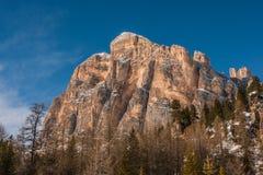 Tofana Di Rozes over een blauwe hemel in de winter, Cortina D ` Ampezzo, het stock fotografie