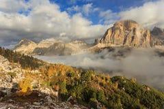 Tofana di Rozes y Laguzoi - otoño en Passo Falzarego Imagenes de archivo