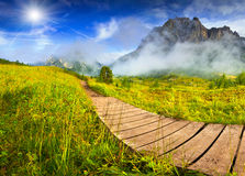 Tofane-Gebirgszug am sonnigen nebeligen Morgen Ansicht von Falzareg stockfotografie