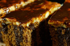 Toffee κέικ με τη σοκολάτα στην κορυφή στοκ εικόνες