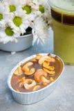 Toffee-Acajounuss mit Karamellkuchen und -saft Lizenzfreie Stockbilder