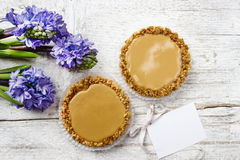 Toffee tarts on wooden table Royalty Free Stock Photos