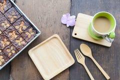 Toffeekuchen schmücken mit Acajoubaum und heißem Kaffee lizenzfreies stockbild