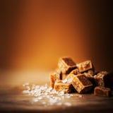 toffees Partes do caramelo e fim salgados de sal do mar acima, vista superior foto de stock royalty free