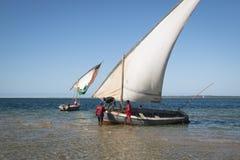 在巴拉岛海岸的单桅三角帆船在Tofo附近的 免版税库存照片