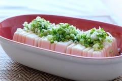 Tofu η σαλάτα με τη σάλτσα σόγιας, το ξίδι, το έλαιο σουσαμιού και η πράσινη φέτα κρεμμυδιών αυτά τα τρόφιμα είναι η μορφή ιαπωνι Στοκ Εικόνες