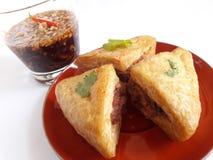 Tofu που γεμίζεται με το χοιρινό κρέας που τηγανίζεται στοκ εικόνα
