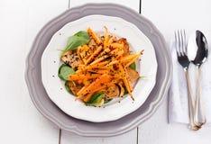 Tofu σαλάτα με τα καρότα, το σπανάκι και το σουσάμι Στοκ εικόνα με δικαίωμα ελεύθερης χρήσης
