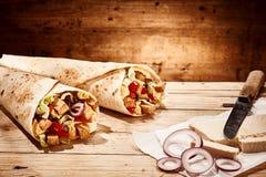 Tofu δύο και χορτοφάγα burritos με το κρεμμύδι και το μαχαίρι Στοκ φωτογραφία με δικαίωμα ελεύθερης χρήσης