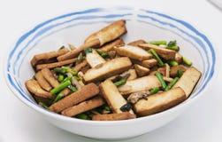Tofu affumicato con le verdure verdi Fotografia Stock Libera da Diritti