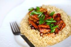 Tofu agrodolce con la quinoa e gli scallions Immagine Stock Libera da Diritti