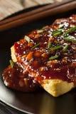 Tofu arrostito organico sano con la salsa di aglio piccante fotografie stock libere da diritti