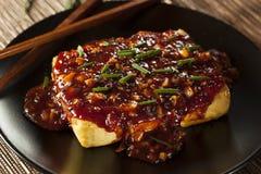 Tofu arrostito organico sano con la salsa di aglio piccante fotografia stock