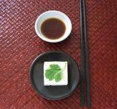 Tofu auf einem schwarzen Teller lizenzfreie stockbilder