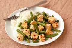 Tofu avec des haricots beurre, des piments et le riz Photographie stock libre de droits
