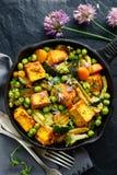 Tofu avec des légumes arrosés avec des herbes et des fleurs comestibles, vue supérieure Plat de Vegan délicieux et nutritif images libres de droits