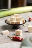 Tofu carré d'un plat noir avec des légumes Image libre de droits