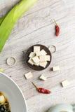 Tofu carré d'un plat noir avec des légumes photos stock